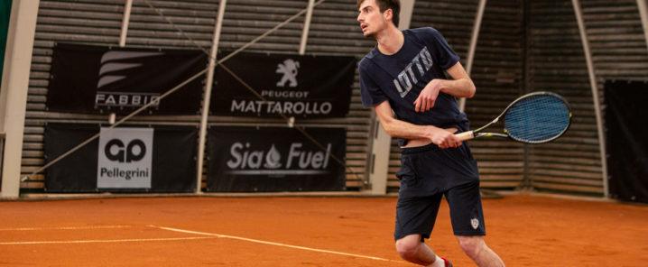 ragazzo che gioca a tennis