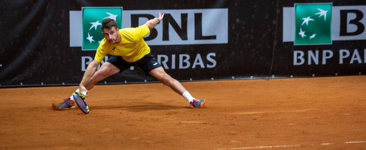 ragazzo con maglietta gialla che gioca a tennis